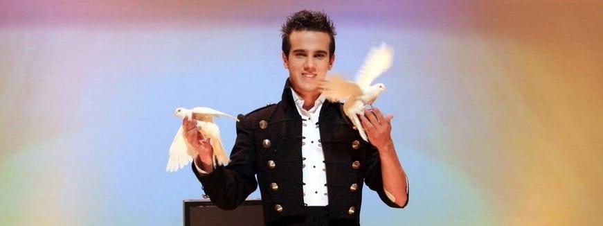 Un magicien faisant apparaître des colombes