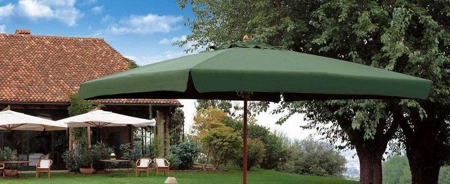 Un parasol au beau milieu du jardin