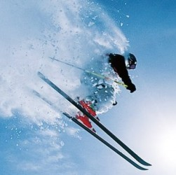 Un skieur qui saute en ski