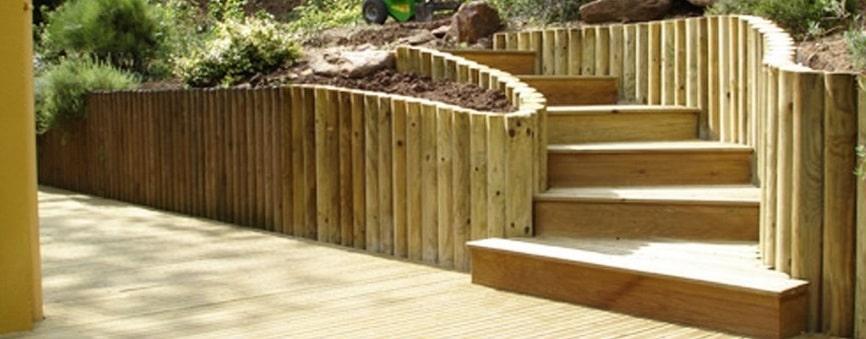 Jardin fait avec des rondins de bois
