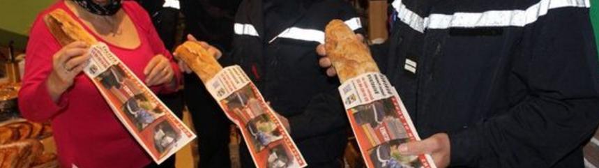 Des pompiers utilisent des sacs à pains personnalisés pour recruter