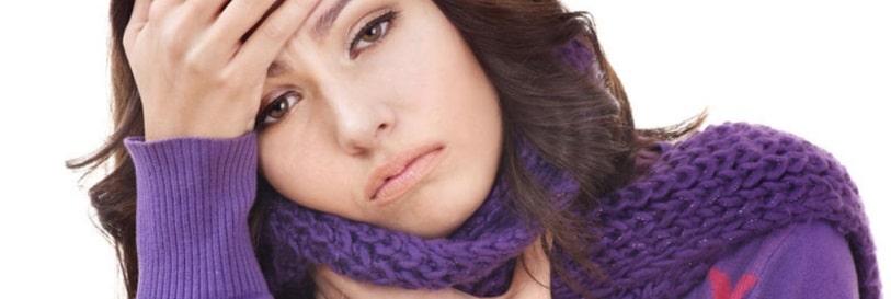 Une femme atteinte d'une angine