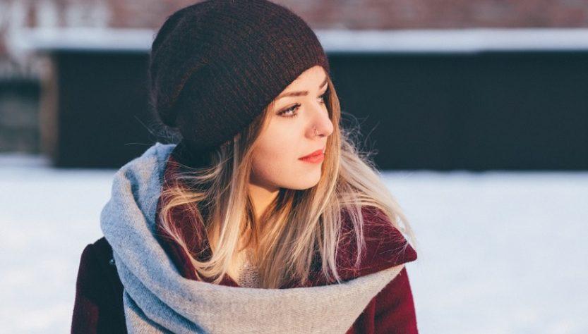 Femme en tenue d'hiver