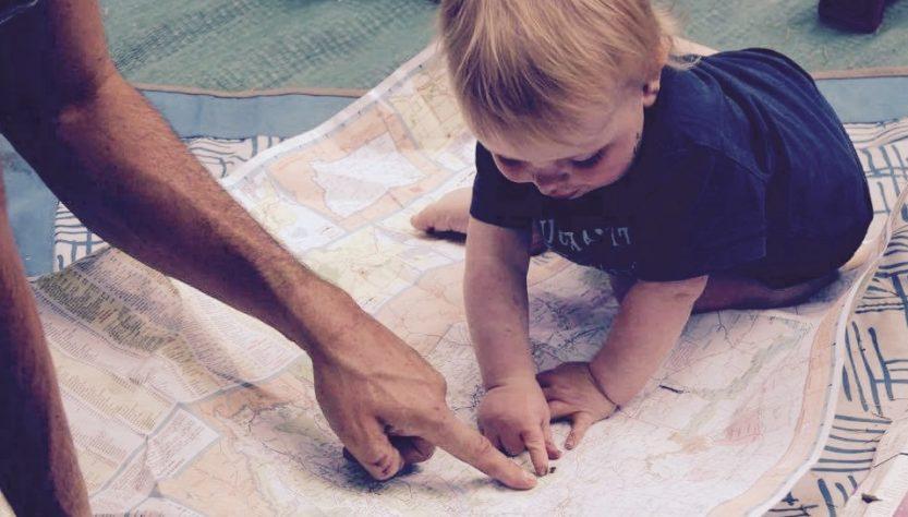 Bébé sur une carte