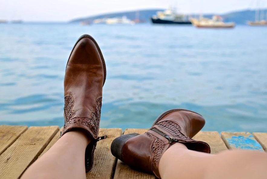 Pieds devant la mer
