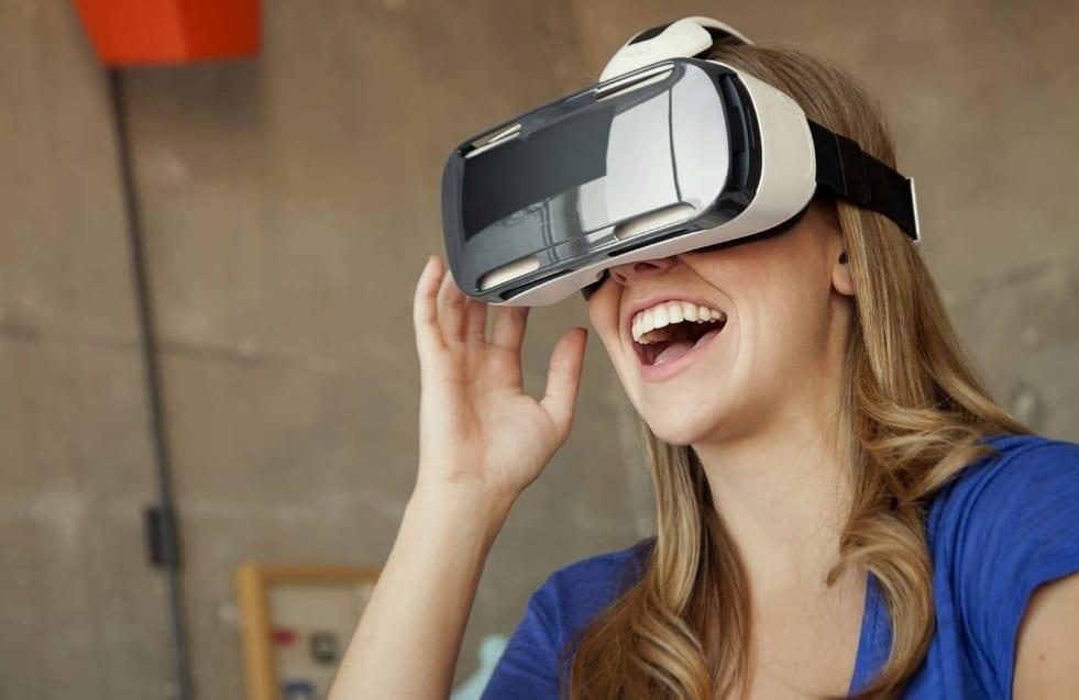 Femme avec un casque de réalité virtuelle