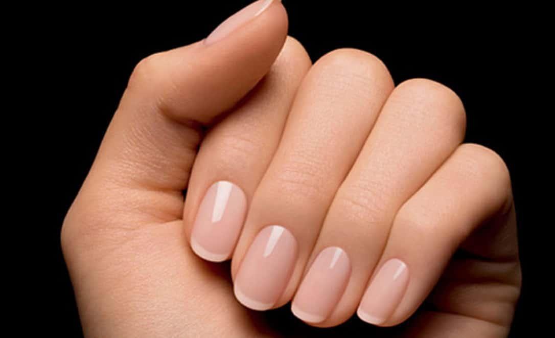 Main avec ongles manucurés