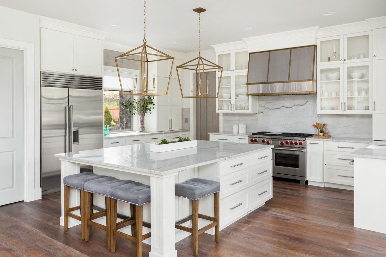 Des lumlinaires en suspension dans une cuisine