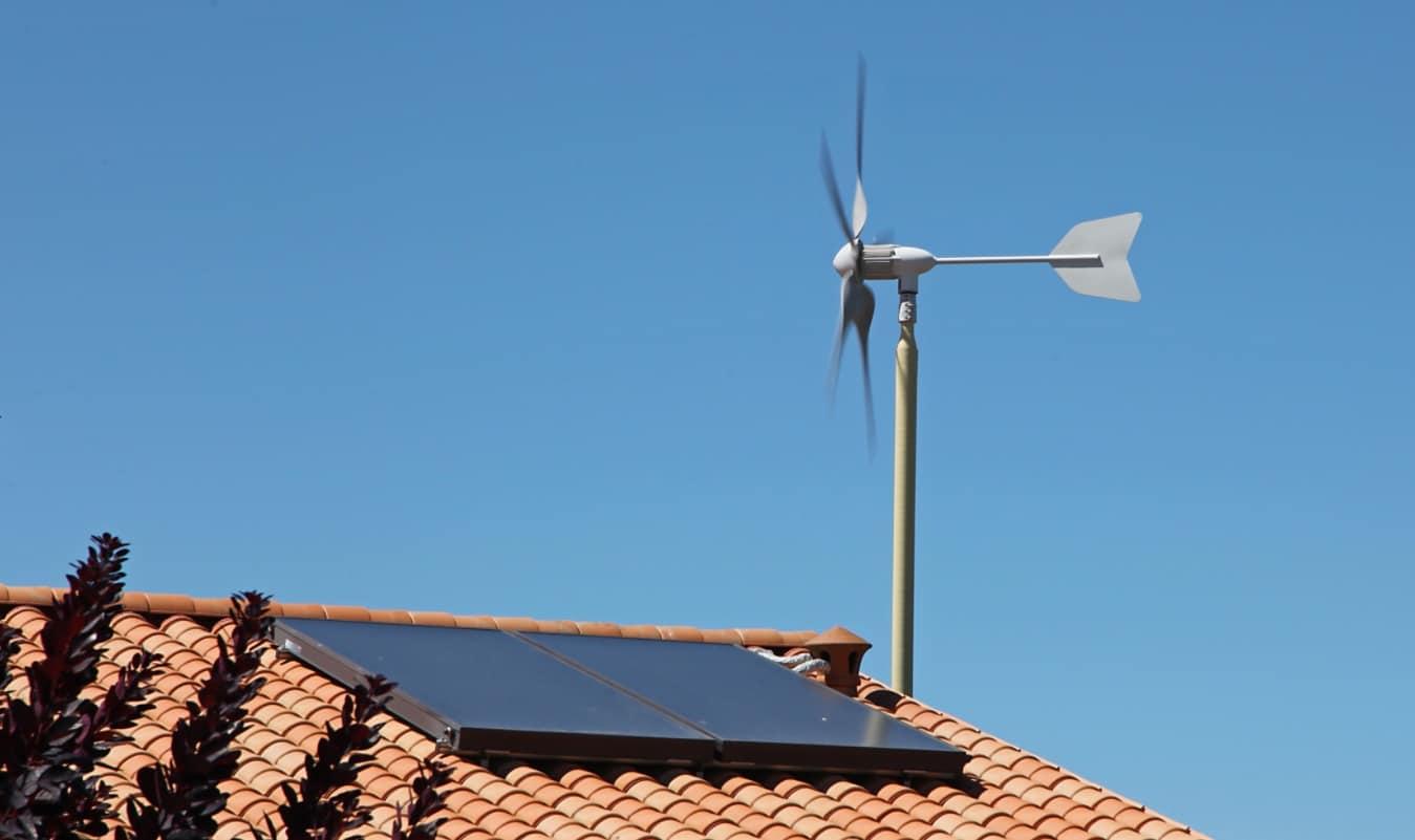 Eolienne domestique et panneau solaire sur un toit
