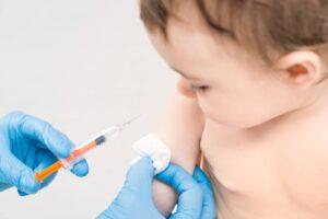 Un enfant et une seringue