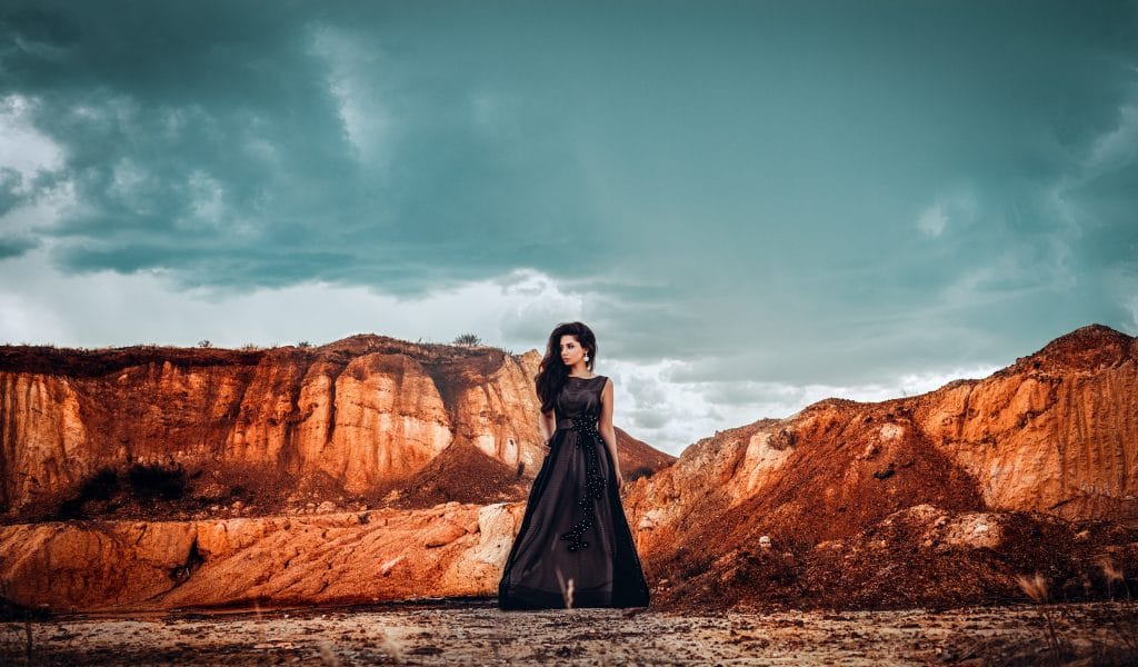 Porter des escarpins avec une robe noire