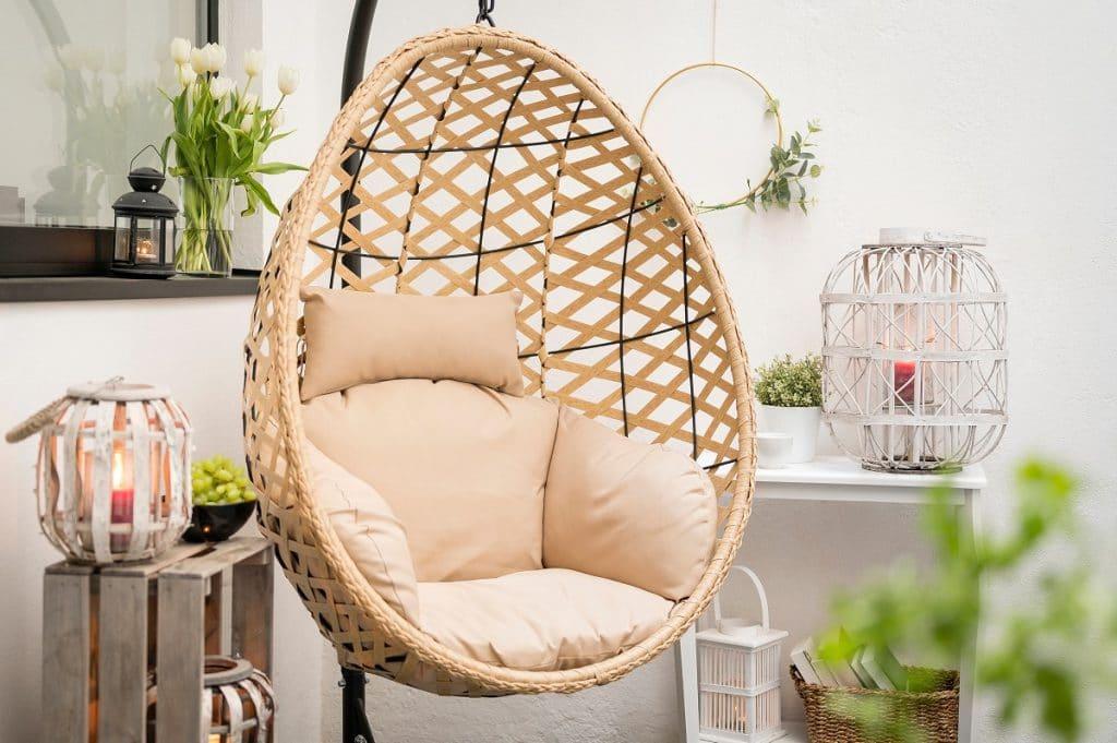 Salon avec fauteuil suspendu, créez un univers naturel