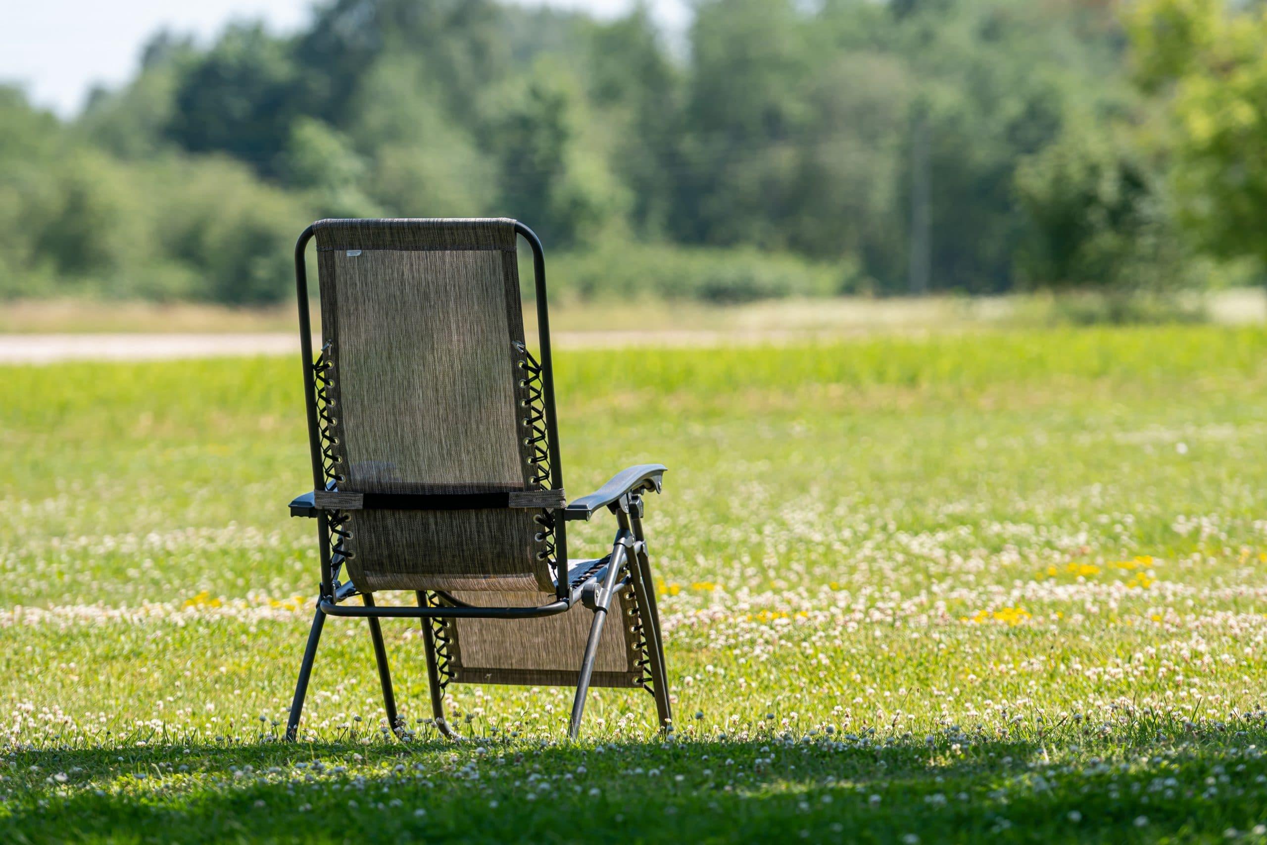 Un fauteuil relax design : un plus pour une terrasse tendance